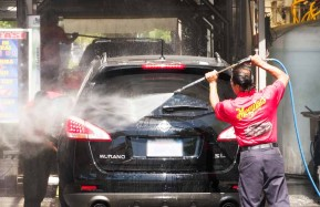 Valencia-Auto-Spa-Worker-Spraying-2