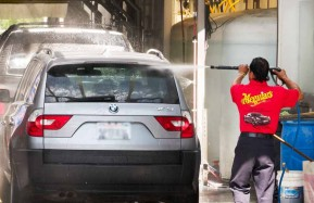 Valencia-Auto-Spa-Worker-Spraying